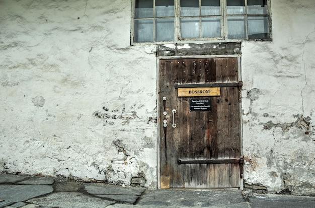 Alte tür im alten gebäude in norwegen Premium Fotos
