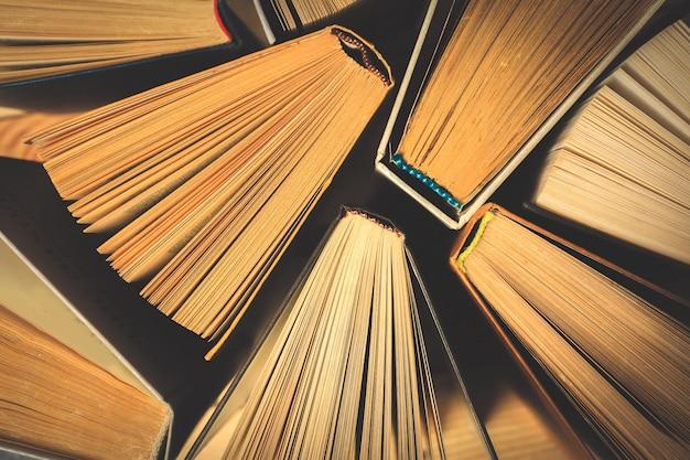 Alte und gebrauchte hardcover-bücher oder lehrbücher von oben gesehen. Premium Fotos