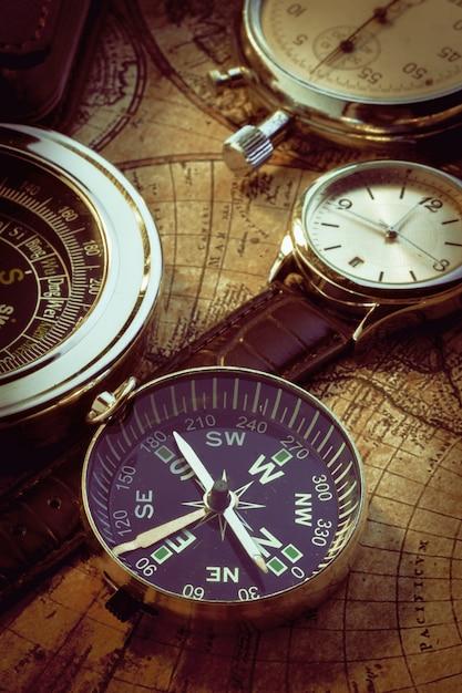 Alte weinlesekompass- und -reiseinstrumente auf alter karte Premium Fotos