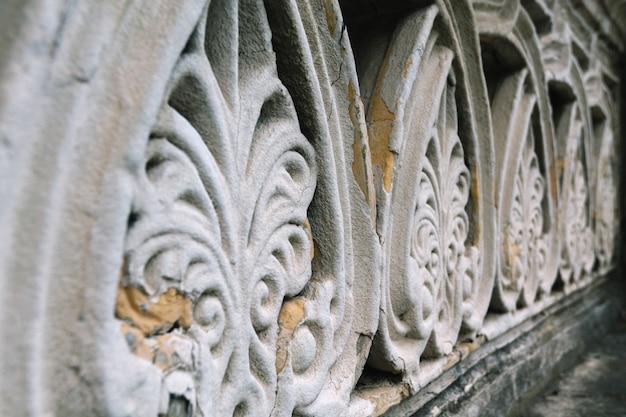 Alte zerstörte balustrade in einem verlassenen herbstpark Premium Fotos