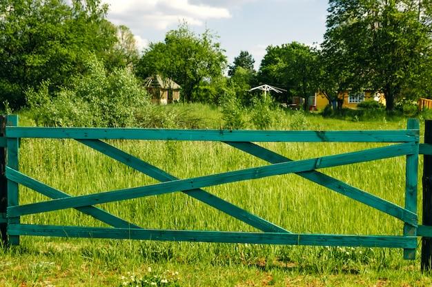 Alter bretterzaun und tor im grün, graslandschaft von mongolei Premium Fotos