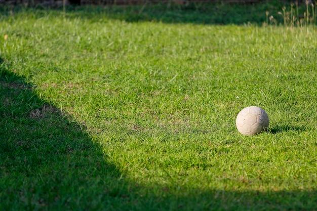 Alter fußball auf grünem garten bei thailand Premium Fotos