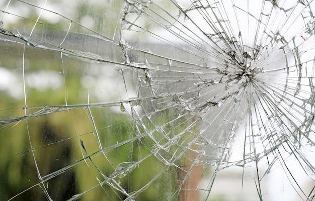 Alter gebrochener schmutziger gebrochener glasfensterhintergrund. Premium Fotos
