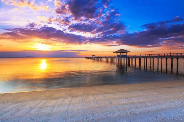 Alter hölzerner brückenpier gegen schönen sonnenunterganghimmel Premium Fotos