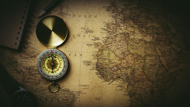 Alter kompass auf antiker karte Premium Fotos