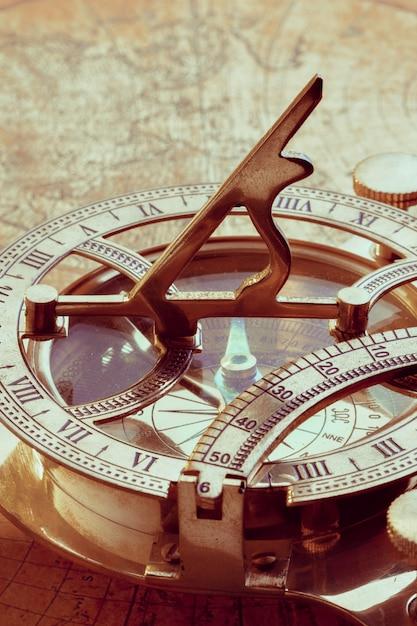 Alter kompass über alter karte Premium Fotos