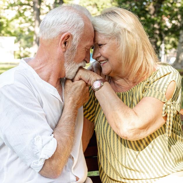 Alter mann, der die hand der frau küsst Kostenlose Fotos