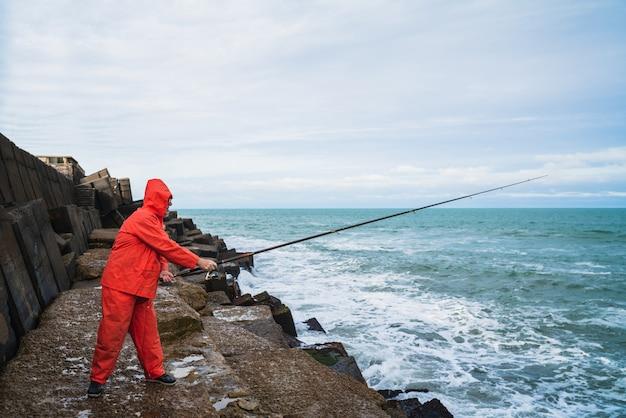 Alter mann, der im meer fischt. Kostenlose Fotos