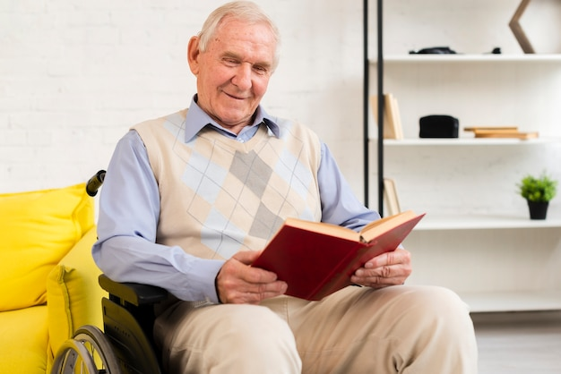 Alter mann des mittleren schusses, der auf rollstuhl sitzt Kostenlose Fotos
