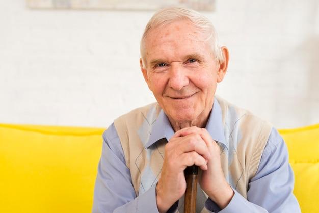 Alter mann in die kamera schaut Kostenlose Fotos