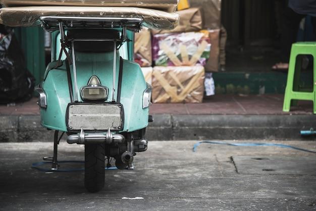 Alter roller geparkt auf einer straße Kostenlose Fotos