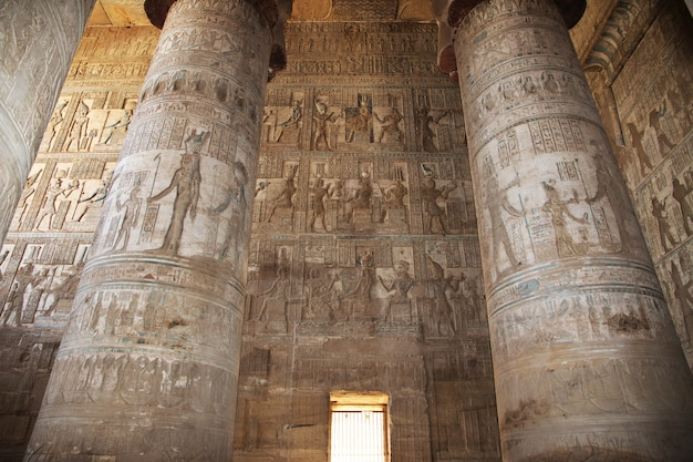 Alter tempel hathor in dendera, ägypten Premium Fotos