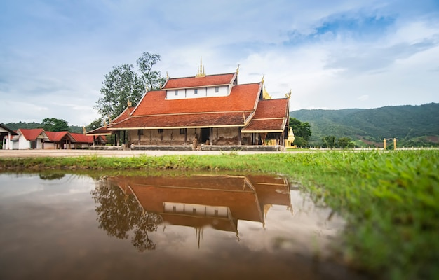 Alter tempel in thailand reflektieren wassermarkstein von buddhistischem wat sri pho chai bei na haeo loei thailand Premium Fotos