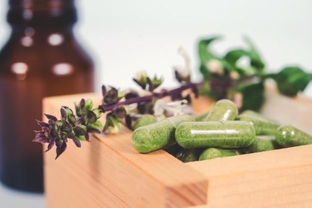 Alternative kräuterkapsel in holzkiste Premium Fotos