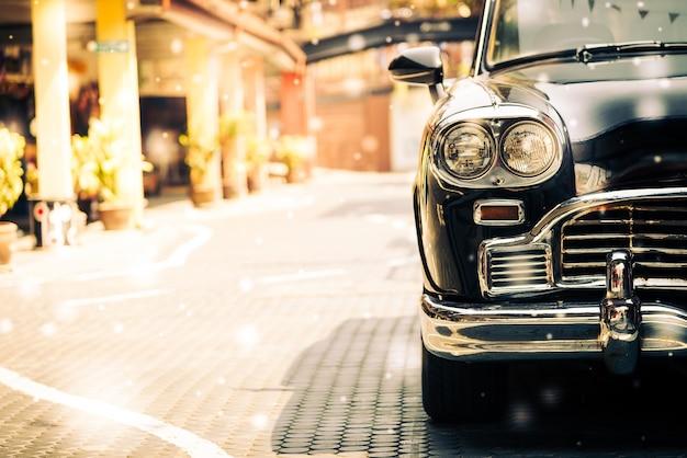 Altes auto auf einer gepflasterten straße Kostenlose Fotos