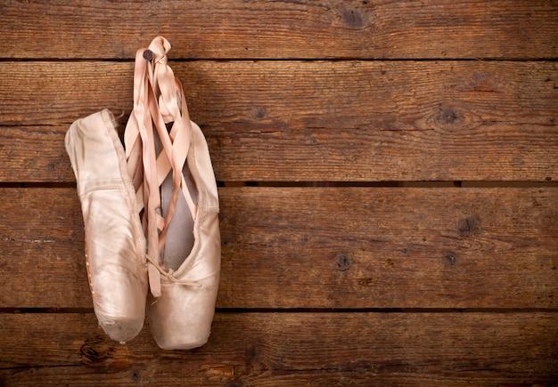 Altes benutztes rosa ballettschuhhängen Premium Fotos