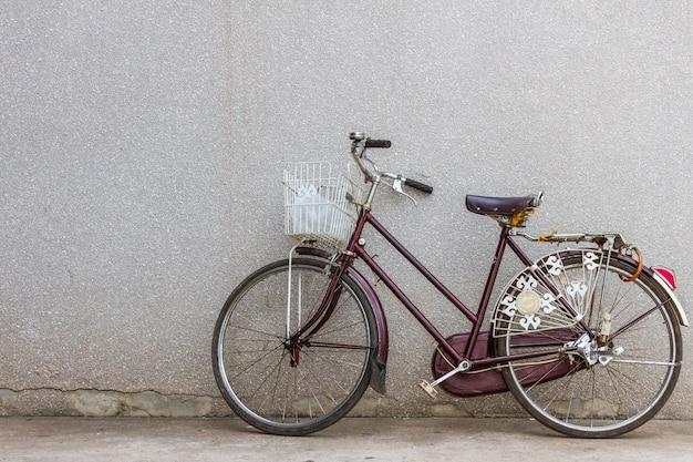Altes fahrrad, fahrrad auf der straße Premium Fotos