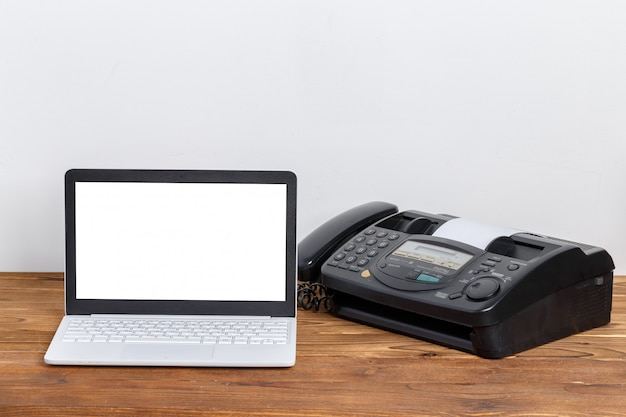 Altes faxgerät auf dem tisch Premium Fotos