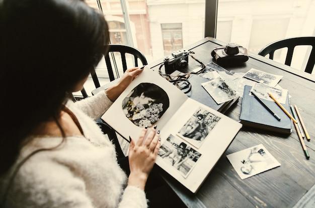 Altes fotoalbum in den armen der zarten yong-frau Kostenlose Fotos