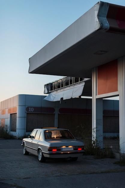 Altes geparktes auto mit hintergrundbeleuchtung an Kostenlose Fotos