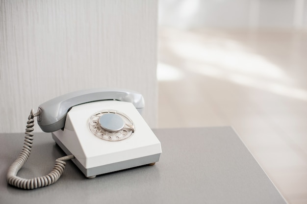Altes graues telefon auf hellem hintergrund. seitenansicht Premium Fotos