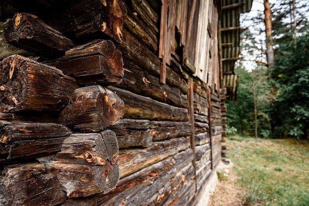 Altes hölzernes blockhaus nahe wald Premium Fotos