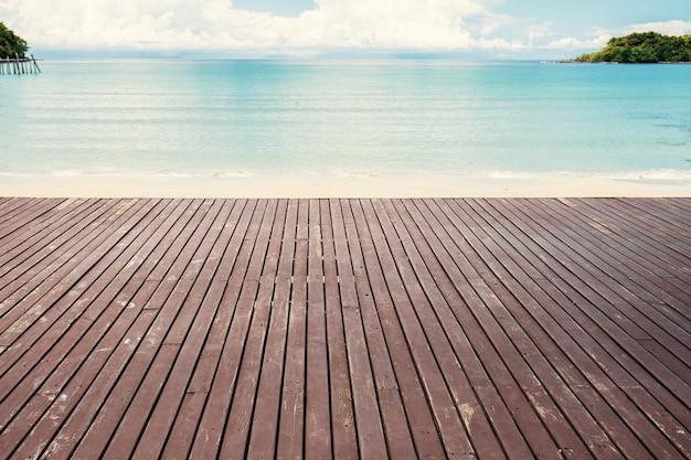 Altes holz am strand. Premium Fotos