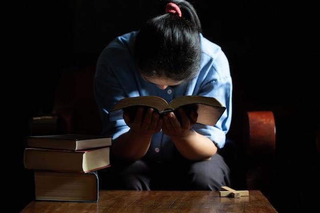 Altes kirchenkreuz und bibel auf holz Kostenlose Fotos