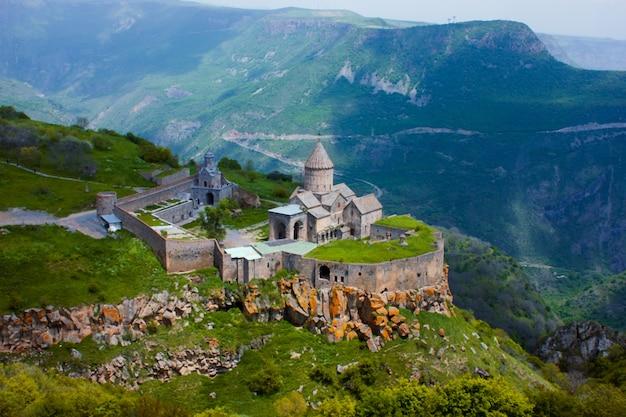Altes kloster in der untergehenden sonne. tatev. armenien Premium Fotos