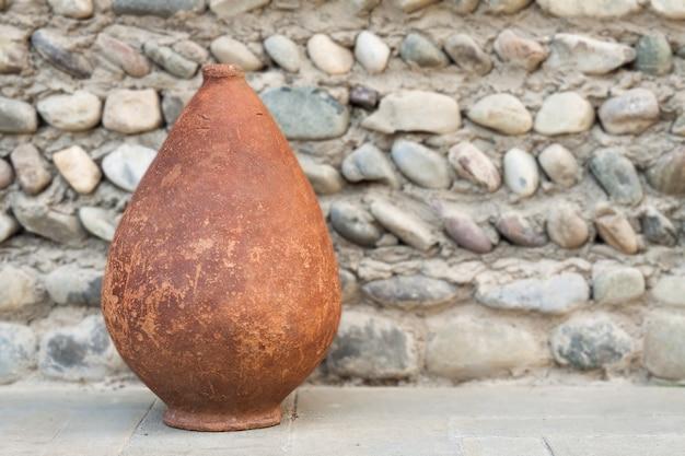 Altes kvevri auf steinhintergrund, georgianische steingutgefäße für wein. Premium Fotos