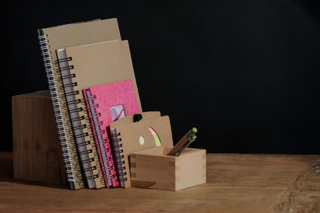 Altes lehrbuch des stilllebens auf tabelle. Premium Fotos