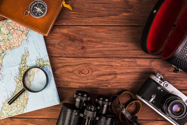 Altes modernes reisematerial auf holztisch Kostenlose Fotos