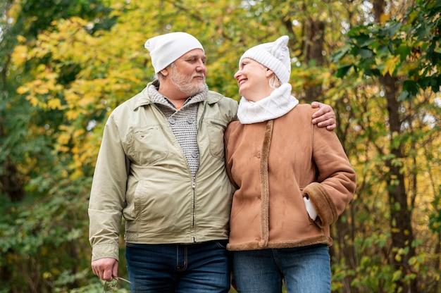 Altes paar zusammen spazieren Kostenlose Fotos