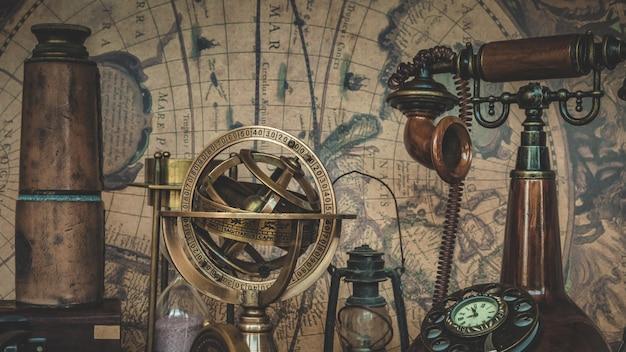 Altes piraten-sammlungs-teleskop auf karte der alten welt Premium Fotos