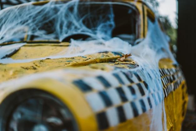 Altes retro gelbes taxi verziert mit spinnweben Kostenlose Fotos