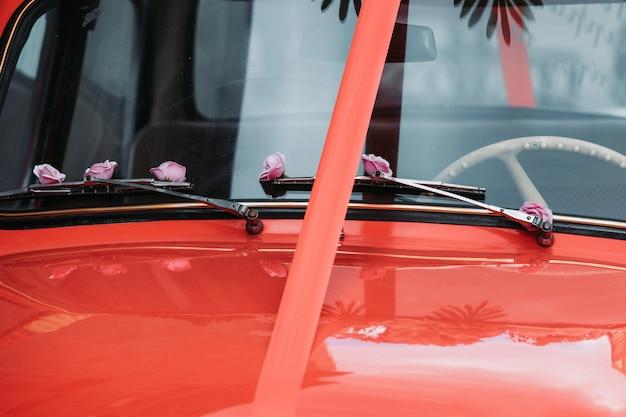 Altes rotes auto mit einem band Kostenlose Fotos