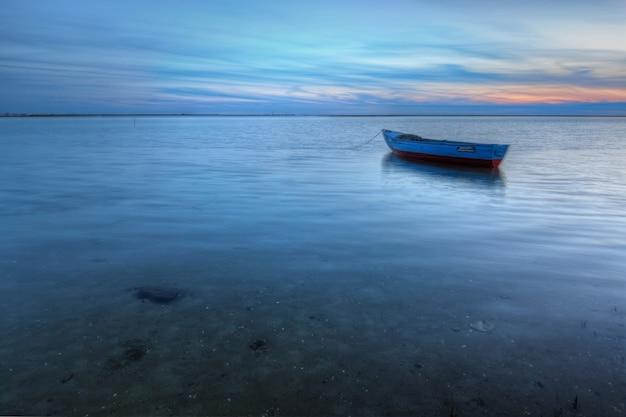 Altes verlassenes boot auf dem meer im hintergrund einer seelandschaft. Premium Fotos