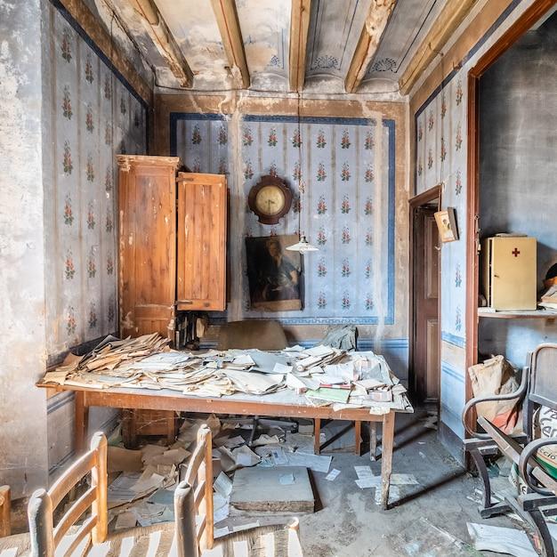 Altes verlassenes büro mit vielen dokumenten Premium Fotos