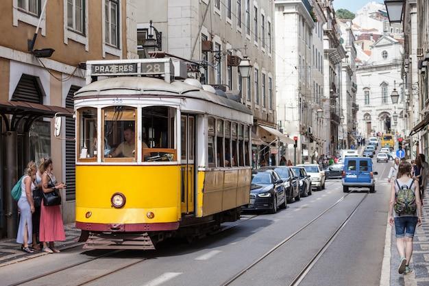 Altmodische gelbe straßenbahn Premium Fotos