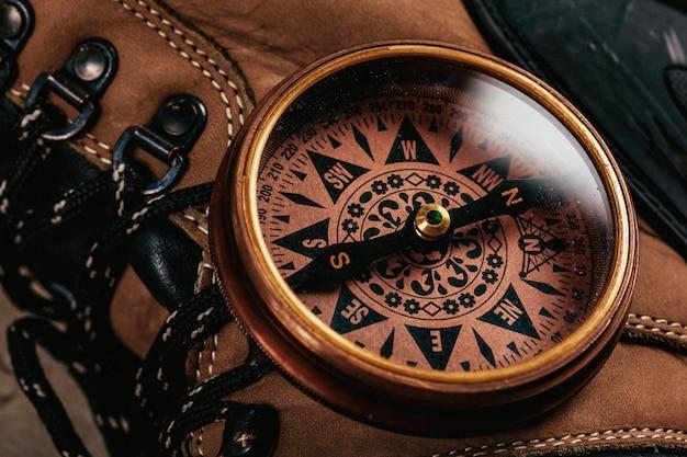 Altmodischer kompass auf rustikalem holztisch Premium Fotos