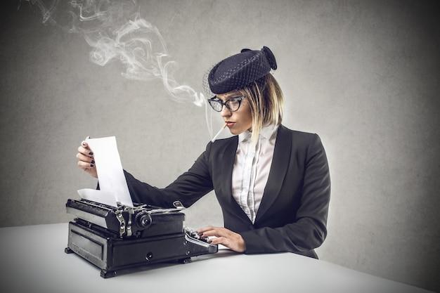 Altmodisches journalistschreiben auf einer schreibmaschine Premium Fotos