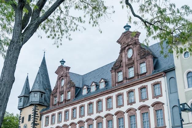 Altstädter ring romerberg mit justitia statue in frankfurt deutschland Premium Fotos
