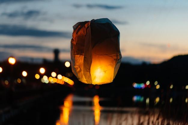 Am abend, bei sonnenuntergang, starten menschen mit ihren verwandten und freunden traditionelle laternen. tradition und reisen. Premium Fotos
