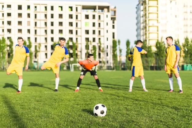 Amateurfußballkonzept mit dem teamausdehnen Kostenlose Fotos