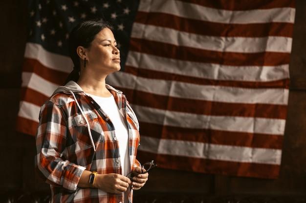 Amerikanische bürgerin mit amerikanischer flagge Premium Fotos