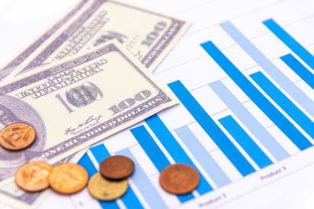 Amerikanische dollar mit diagramm auf weiß Premium Fotos