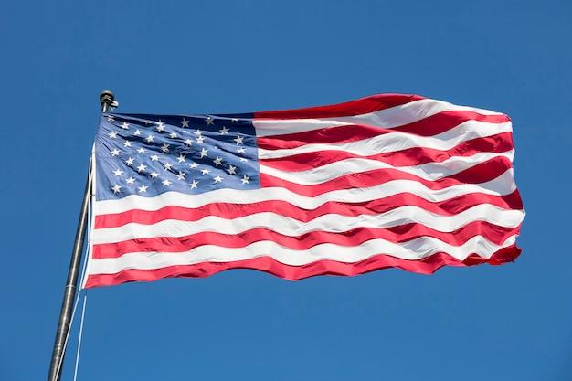 Amerikanische flagge auf dem blauen himmel, usa. Kostenlose Fotos