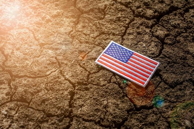 Amerikanische flagge auf verlassenem rissigem boden. Premium Fotos