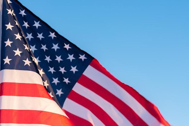 Amerikanische flagge in einem blauen himmel, abschluss oben. symbol des unabhängigkeitstags 4. juli in den usa Premium Fotos