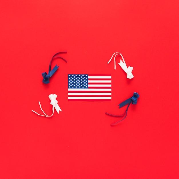 Amerikanische flagge mit bändern im roten hintergrund Kostenlose Fotos